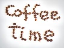 Literowanie kawowy czas układający od kawowych fasoli Zdjęcia Stock