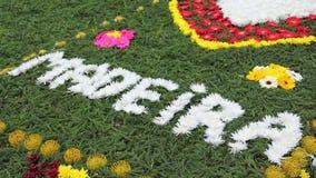 Literowanie z białymi kwiatami przy madera kwiatu festiwalem Zdjęcia Royalty Free