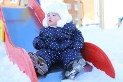 Litet älskvärt behandla som ett barn flickan 11 utomhus- månader i vinter Arkivfoton