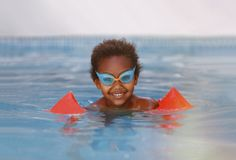 Litet afrikanskt barn i pölen Royaltyfri Fotografi