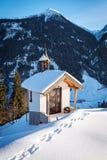 Litet alpint kapell i de österrikiska fjällängarna Arkivbilder