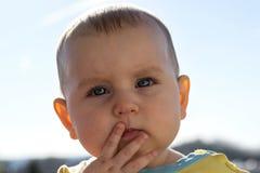 Litet anmärkningsvärt aktivt barn, showsinnesrörelser mot bakgrunden av blåtten Arkivbilder