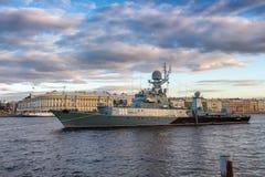 Litet anti--ubåt skepp Urengoyon vägarna i mitt av den Neva floden mitt emot engelsk invallning i St Petersburg Arkivfoton