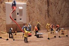 Litet arbetararbete på den elektriska proppen Arkivbilder