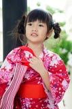 Litet asiatiskt barn i japansk traditionell dräkt arkivbild