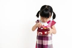 Litet asiatiskt barn med gåvaasken Fotografering för Bildbyråer