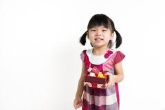 Litet asiatiskt barn med gåvaasken Arkivfoto