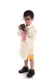 Litet asiatiskt barn som låtsar för att vara affärsman Arkivbilder