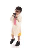 Litet asiatiskt barn som låtsar för att vara affärsman Arkivfoto
