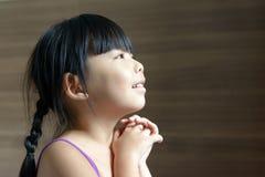 Litet asiatiskt barn som ser upp Arkivbild