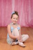 Litet ballerinaflickasammanträde på etapp royaltyfria bilder
