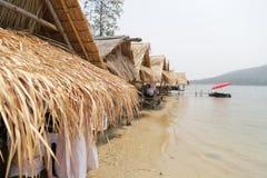 Litet bambuhus nära sjön i Thailand Arkivfoton