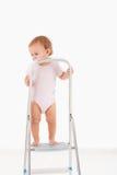 Litet barn överst av stegen Arkivfoton