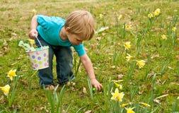 litet barn för easter äggval upp Royaltyfri Foto