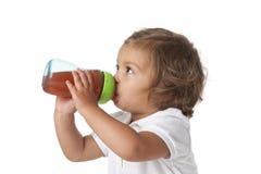 litet barn för flicka för flaska dricka trött Royaltyfri Fotografi