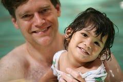 litet barn för pojkefadersimning Royaltyfri Fotografi