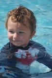 litet barn för pojkepölsimning Royaltyfri Fotografi