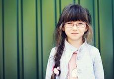 litet barn för stående för brunettflickaexponeringsglas arkivbild