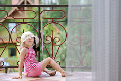 litet barn för sunhat för balkongflicka trevlig Arkivbild