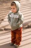 litet barn går Royaltyfri Bild