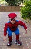 Litet barn i en Spider-Man dräkt Arkivbilder