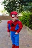 Litet barn i en Spider-Man dräkt Arkivfoto