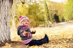 Litet barn i fallpark Arkivfoto