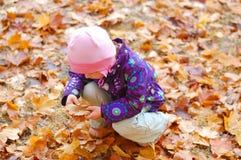 Litet barn i parkera arkivfoto