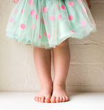 Litet barn i prickkjol Royaltyfria Bilder