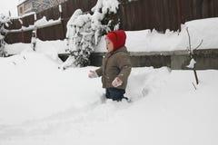 Litet barn i snön Fotografering för Bildbyråer