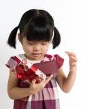 Litet barn med gåvaasken Royaltyfria Bilder