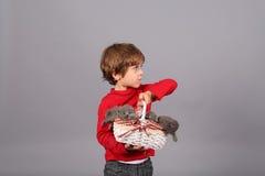 Litet barn med kattungar Arkivfoto