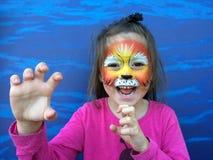 Litet barn med lejonframsidamålning Royaltyfria Bilder