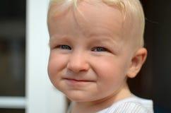 Litet barn med vuxen anlete Fotografering för Bildbyråer