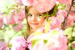 litet barn naturlig skönhet Barns dag Vår mode för flicka för sommar för väderprognos lycklig barndom little arkivfoton