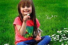 Litet barn och Daisys Royaltyfri Foto