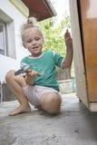 Litet barn och hammare royaltyfri bild
