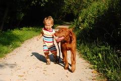 Litet barn och hans hund Royaltyfri Bild