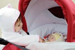 Litet barn och nyfött royaltyfria bilder