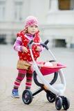 Litet barn och sittvagn Arkivbilder