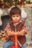 Litet barn på att vagga älgen fotografering för bildbyråer