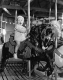 Litet barn på karusell (alla visade personer inte är längre uppehälle, och inget gods finns Leverantörgarantier att det inte ska  Arkivfoton