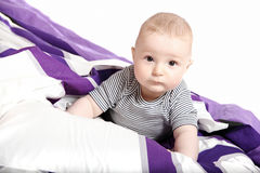 Litet barn på säng Royaltyfri Foto