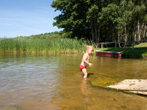 Litet barn på sjön Fotografering för Bildbyråer