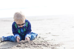 Litet barn på stranden arkivbild