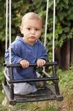 Litet barn på swing Royaltyfri Bild