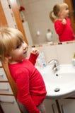 Litet barn som borstar hennes tänder Arkivbild