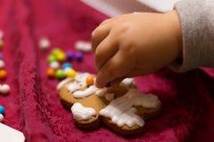 Litet barn som dekorerar kakan Royaltyfria Bilder