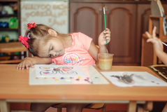Litet barn som drar målarfärg. Royaltyfria Foton