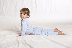 Litet barn som gör yoga Arkivbild